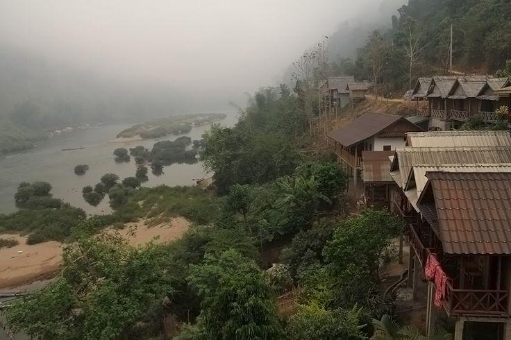 Nong Khiaw, Nam Ou Nehrinin kıyısında,  göz kamaştırıcı manzaraya bakan bir vadide kurulu, sakin bir kasaba. Phathok Mağarası II.Indochina Savaşında yerel halk