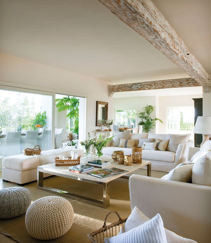 Sal n blanco con gran mesa de centro y vistas al porche for Mesa porche