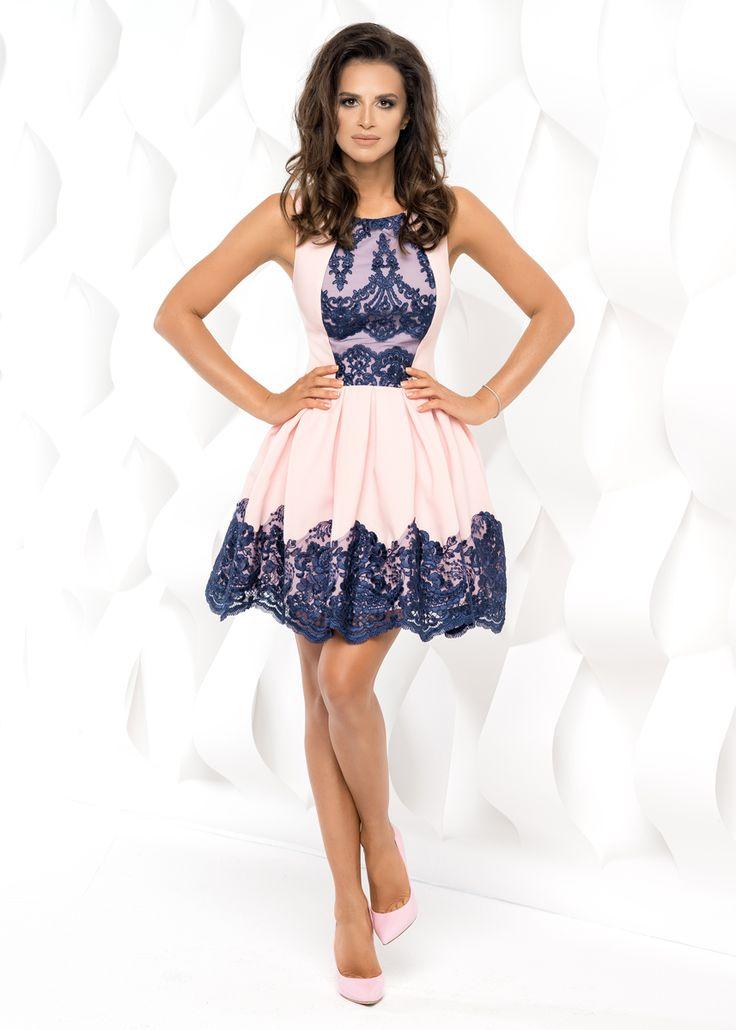 Wyjątkowa sukienka w kolorze różu pudrowego z wykończeniami granatową koronką.  Sukienka Rozkloszowana bez rękawków Źródło: http://besima.pl