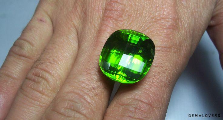 Фото камня перидот - уникальный крупный образец из Пакистана. #peridot #gem #gemstone