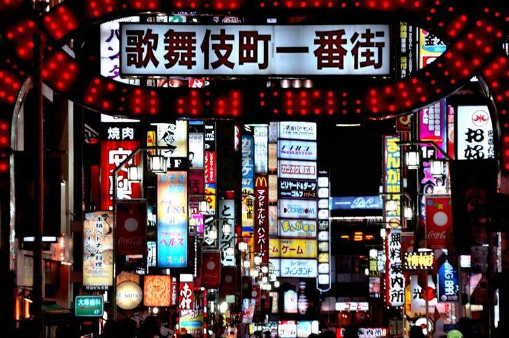 【東京魅力】歌舞伎町  如果說新宿車站東口前是東京的購物街,那麼歌舞伎町則是東京唯一的娛樂中心。電影院、電動玩具城、迪斯可舞廳、酒吧等等,從深夜到黎明,人群絡繹不絕,是個標準的不夜城。   歌舞伎町過去一直是以娛樂為中心,購物活動並不佔重要地位,但自從西武新宿車站25層大樓完工後,一直到8樓都是購物百貨中心;各式以年輕女性為對象的服飾、舶來品、飾物店林立。地下第二層並可通至新宿最大的地下購物街,可連接JR山手線,及其它地下鐵,另外也可連絡伊勢丹百貨公司、紀伊國書店等處。   資料來源:http://tokyo.pktravel.com.tw/index.asp
