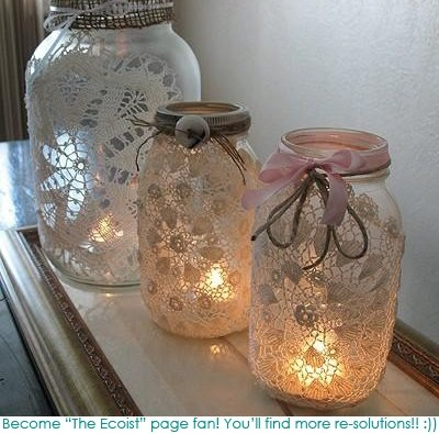 porta candele realizzati con barattoli di vetro rivestiti di tessuto in questo caso centrini...