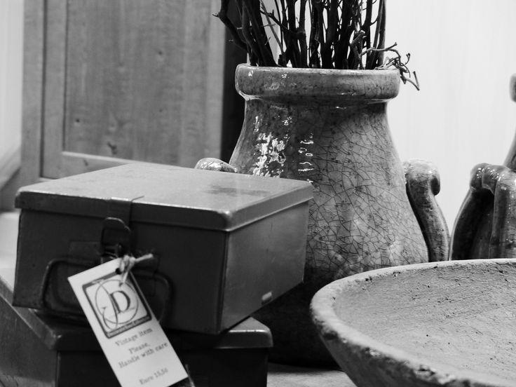 Stoere landelijke kistjes als decoratie voor op een salontafel. Mooi te combineren met stenen vazen en stoere houten schalen.