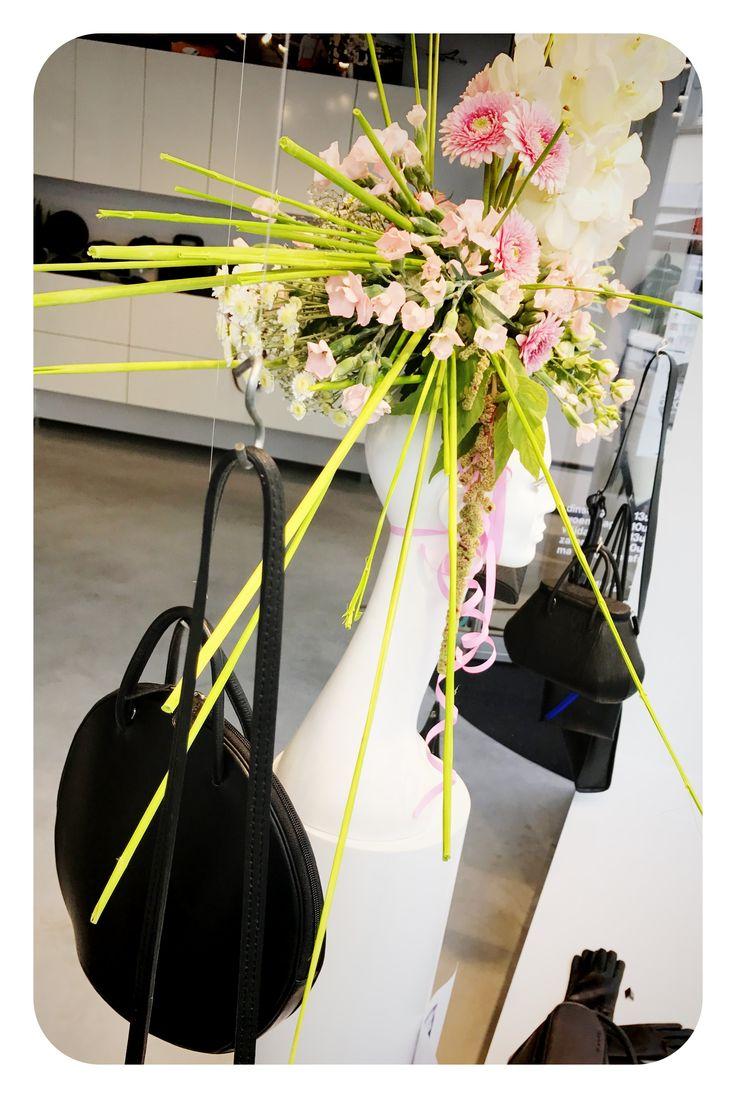 window display - etalage - shop - hats - flowers - www.awardt.be