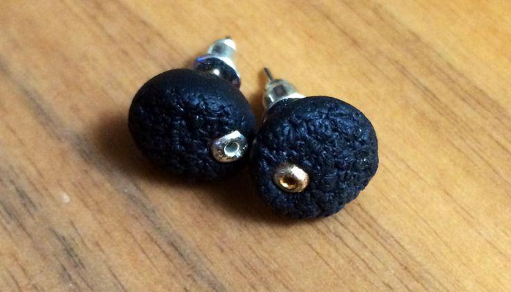 Pendientes en negro texturizado con abalorio cobre