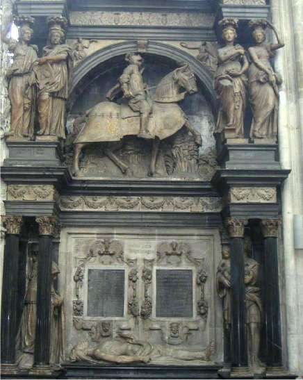 Tombeau Louis de Brézé: ce gentihlomme tout bardé de fer, sur un cheval qui se cabre, est Louis de Brézé, seigneur de Breval et de Montchauvet, comte de Maulevrier, baron de Mauny, chambellan du roi, chevalier de l'Ordre et gouverneur de Normandie. Diane de Poitiers fit édifier le tombeau entre 1536 et 1544. Jean Goujon, qui travaillait à Rouen à ce moment là, aurait pu en fournir le plan et être l'auteur des colonnes et de la frise du second niveau.