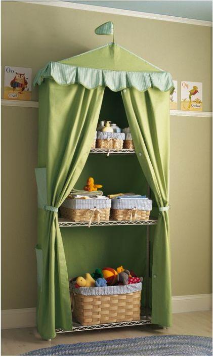 Organización para el cuarto del bebé, todo atrás de una cortina.