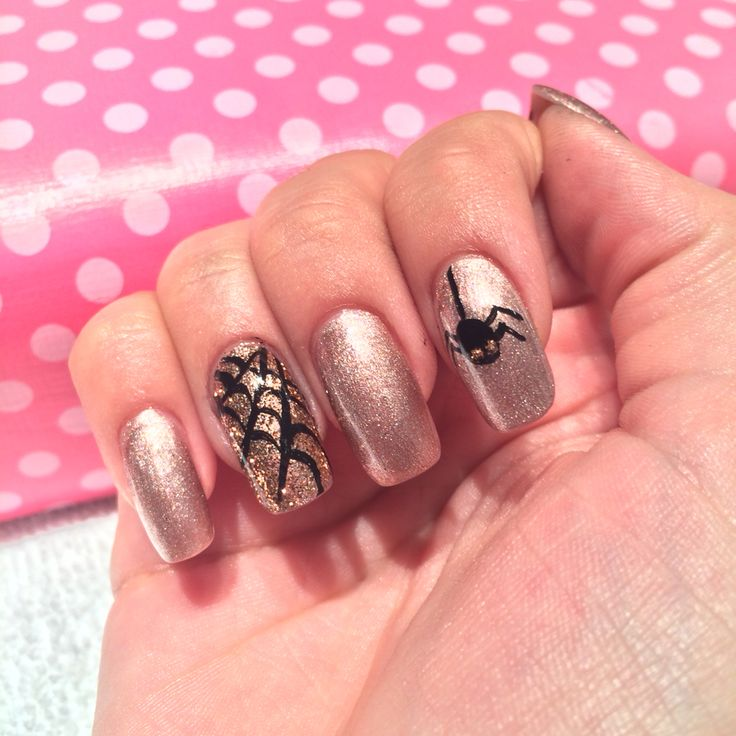 Gold and Rose Gold Glitter Shellac over Acrylic Nails with hand painted spider web and spider done by Trine at California Nails & Beauty Lounge #acrylicnails #akryl #shellac #cnd #californianails #halloweennails #halloween #spider #nails #negler