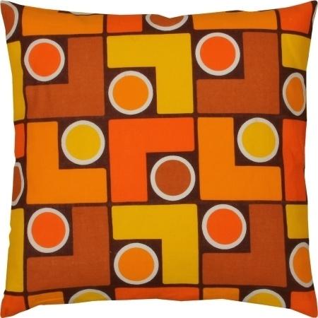 Uniek retro kussen gemaakt van originele stof uit de jaren 60 en 70.  Compleet met donzen binnenkussen.  Hoofdkleuren: geel, oranje en bruin