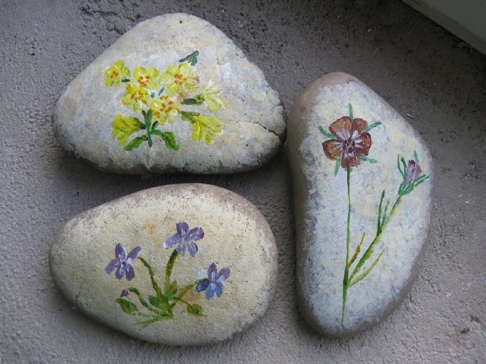 Kavicsra festett vadvirágok