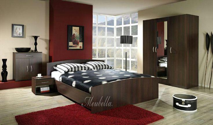 Slaapkamer Donkerbruin : Tweepersoonsbed vervaardigd uit donkerbruin/rood hout. Het bed is