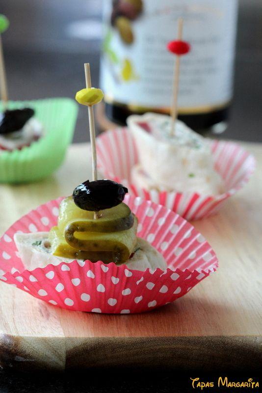 Binnenkort een feestje? Presenteer je wraps eens op een andere manier!  Snijd de wrap in schuine reepjes van ongeveer 2 cm breed.  Verpak ze in een vrolijk papieren bakvormpje en met een prikker maak je de presentatie extra feestelijk!  Rijg een prikker b.v. met olijfjes, plakje augurk, druif, tomaatje, komkommer of kaas etc.   #wrap #hapje