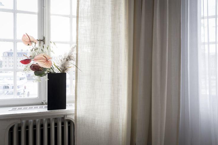 Skräddarsydda gardiner från Gotain i vävt linne. Gardinerna är sydda med ett släp om 5cm som landar fint på mattan. För att se mer bilder på denna gardin och upptäcka hela gardinsortimentet - besök oss på www.gotain.com, Vi gör det enkelt att beställa skräddarsydda gardiner! #gotain #gardiner