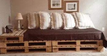 Un salón completo de muebles hechos con palets