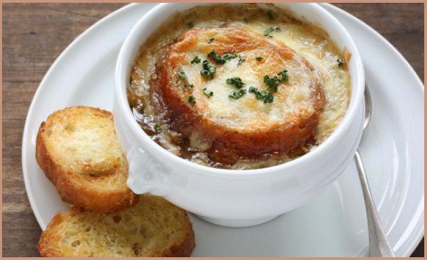 Zuppa di cipolle, piatto tipico della cucina povera francese. Ricetta facile e ideale per le fredde serate invernali.  http://pilloline.altervista.org/zuppa-di-cipolle/