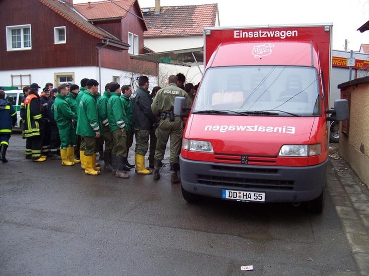 Versorgung von Einsatzkräften durch die Heilsarmee während der Elbe-Flut