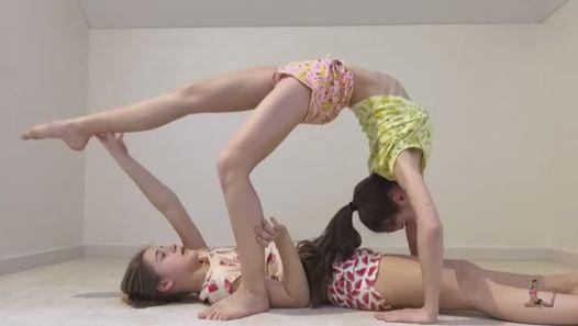 Girl gimnast . Girl doing splits , splits, gymnastic, gymnastics, how to do splits, splits tutorial, flexible, flexibility, contortion, stretching, splits fast, side splits, centre splits, over splits, pancake splits, girl doing splits, how to stretch,  beginner splits, how to do the splits,   gymnastics at home,  how to do a split,  Learn How To Stretch To Do The Splits