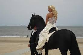 bruid over strand met paard