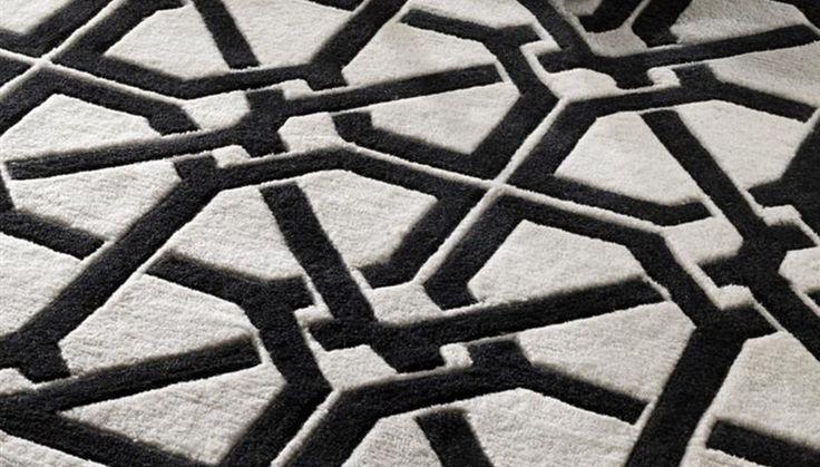 Ковер Carpet Webb из 100% новозелландской шерсти. Цвет: черный с белым орнаментом. Ручная работа. Бренд: Eichholtz