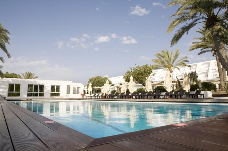 Tunisie - Djerba la Douce  Située entre l'hôtel et le restaurant Calypso, cette piscine d'eau douce est équipée pour votre confort de transats, parasols et douches.