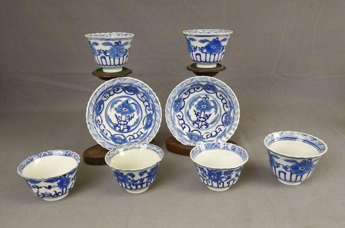 Blauwwitte koppen en schotels - China - 19e eeuw  Zes blauwwitte koppen en twee schotels met bloemen decoratieve patronen. de conditie zie afbeelding. .1 . kop en schotel heeft een kleine chipje. kop 5.8 cm hoog schotel Ø 13 cm. 2. kop heeft een kleine chipje en met restauraties. schotels heeft een kleine chipje. kop 5.8 cm hoog schotel Ø 13 cm. 3. kop heeft drie kleine chipjes. 5 cm hoog.4. kop heeft vier kleine chipjes. 5.2 cm hoog.5. kop heeft twee haarlijnen. 5 cm hoog.6. kop heeft een…