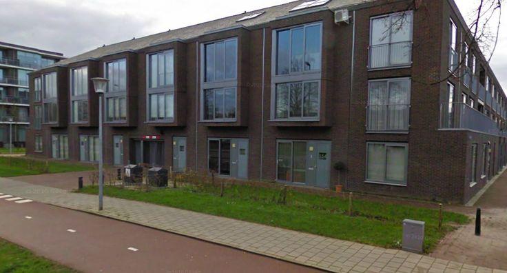 hier zijn pasgeleden nieuwe woningen blokken gerealiseerd, in dit gebied mogen er geen voertuigen komen. Dit is dus net als onze wijk een auto vrije zone.(André)