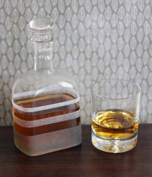How to Frost Glass the EASY way!Frostings Whisky, Whisky Bottle, Diy Frostings, Bottle Frostings, Frostings Bottle, Frostings Whiskey, Whiskey Bottle, Bottle Diy, Diy Projects
