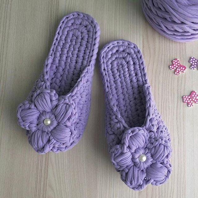 Доброе утро, друзья! А вы знаете, что  цвет лаванда способствует выработке эндорфинов? Только посмотрите на эти чудесные тапочки от @knithomesochi и убедитесь в этом сами! Пройти мимо невозможно!✨ #lianaknit #пряжалиана #пряжалиана_палитра