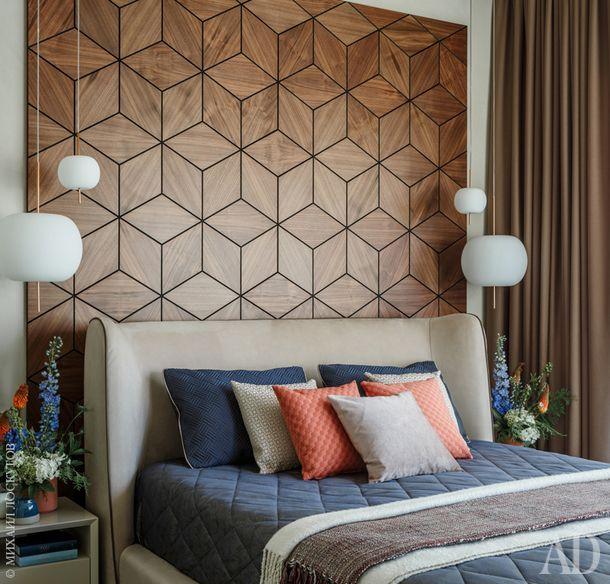 Спальня. Стеновая панель выполнена из шпона ореха, прикроватные тумбы изготовлены на заказ эскизам авторов проекта. Кровать, Estetica; текстиль, Mobile Art, BoConcept; вазы, BoConcept, H&M Home.