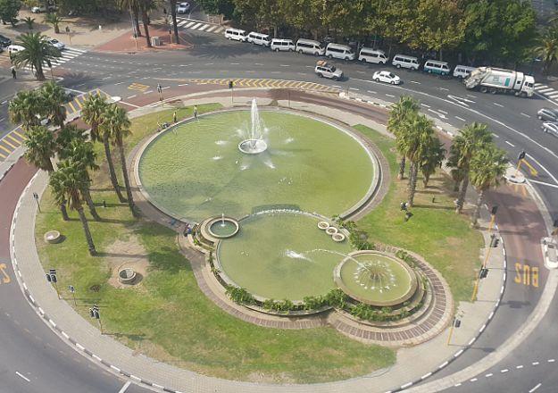 'n Verkeersirkel wat mooi in stand gehou word in Kaapstad, soos gesien vanaf The Fountains 1105.
