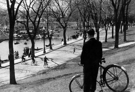 Le parc La Fontaine est un des plus beaux espaces vert de Montréal. Qu'on soit en 1947 ou en 2012, il est toujours aussi invitant et n'attends que notre présence, à pied ou en bicyclette. Qu'on soit en costume cravate (comme notre personnage) ou en lycra ajusté, ... notre parc n'est pas regardant!