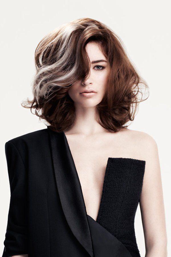 Silbrig schimmernde Nuancen sind 2016 einer der wilderen Haarfarben Trends, wie diese grauen Strähnen bei dem Look von Sassoon. Ein toller Hingucker, der aufgrund des perfekten Schnittes ganz schnell umgewandelt werden kann.Alle neuesten Trends in Sachen Haarfarben und Frisuren findet ihr hier.