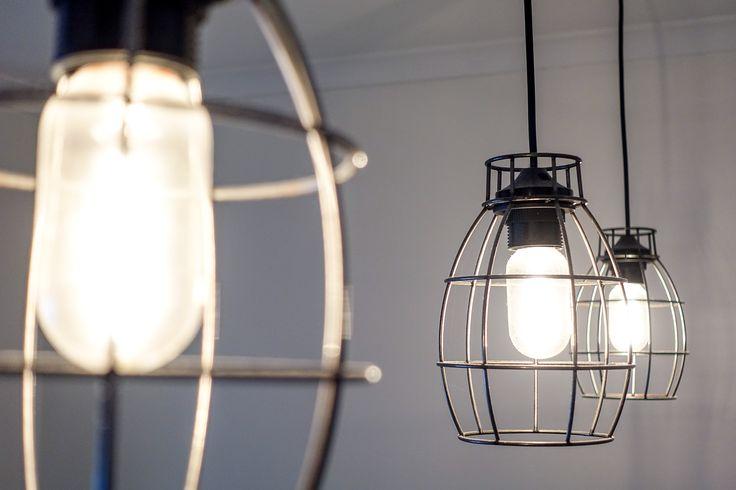 trendiga lampor över köksön