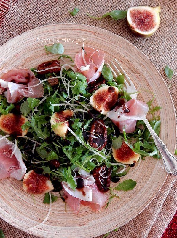 Σαλάτα με ρόκα, σύκα και προσούτο.  http://laxtaristessyntages.blogspot.gr/2014/09/salata-me-roka-syka-kai-prosciutto.html