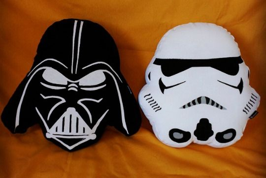 Los cojines más originales y divertidos: cojines de superhéroes, balones, Star Wars, caca arale, y muchos más en COMODIOS