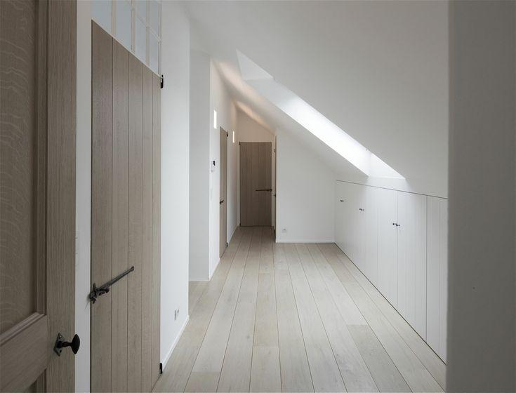 ingemaakte kasten en blank houten deuren met zwart beslag veel licht dat binnen valt