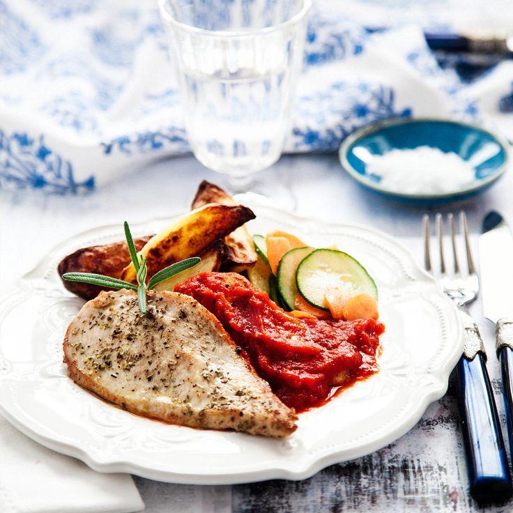 Rosmarinstekt kyckling med klyftpotatis och tomatsås, underbart god varmrätt som passar till både vardag och fest. Här hittar du receptet!
