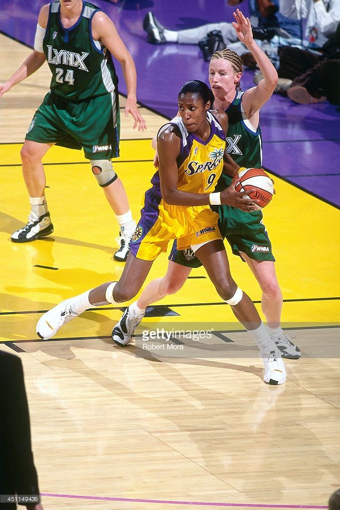 News Photo : Lisa Leslie of the Los Angeles Sparks handles the...