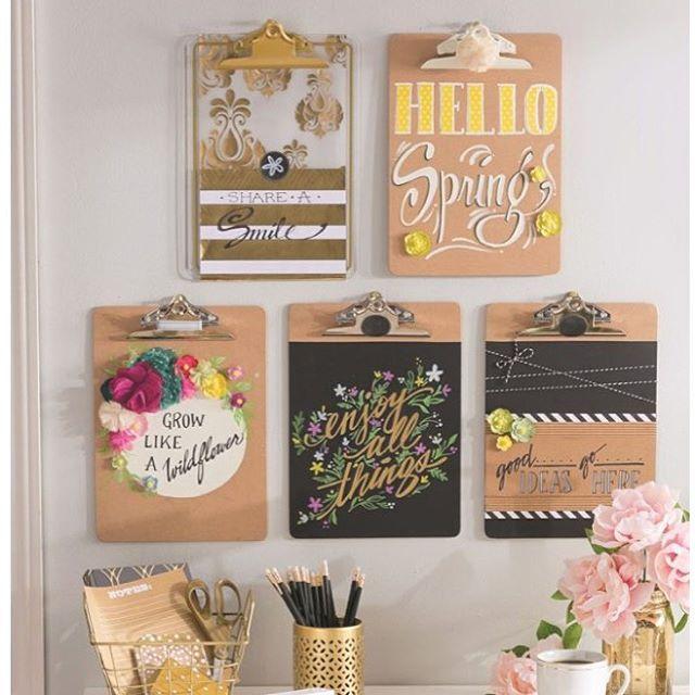 Instagram media julilucky - Que tal dar uma renovada naquela prancheta marrom e velhinha jogada lá no escritório? E ainda tem como dar uma nova utilidade pra ela. Passa lá no blog pra ver as inspirações lindas de como usar pranchetas na decoração. ➡️www.arsenaldesonhos.com.br⬅️ ❤️ #home #homelovers #decorei #decoração #decorandoacasa #diy #facavocemesmo #prancheta #blogdedecoracao #blogsdebrasilia A imagem é do Pinterest.