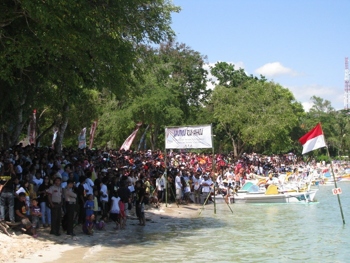 The spectators: Thousands of Labuan Bajo residents come to Pede beach, Labuan Bajo to see the first ever ketinting boat race held in their region. (Photo by Markus Makur)
