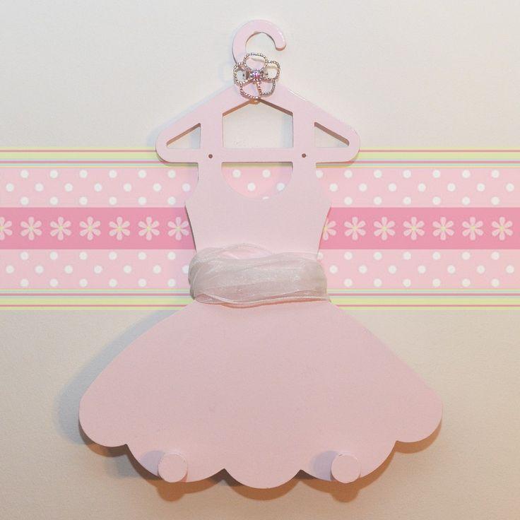 Ξύλινη χειροποίητη κρεμάστρα, σχέδιο φουστάνι σε ροζ χρώμα. Ένα μοναδικό δώρο για παιδιά.