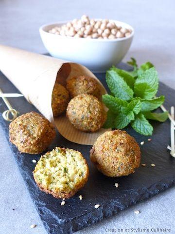 """Apéritif, entrée ou plat principal végétarien les falafels s'invitent à tous les moments du repas! Le """"plus"""" pratique : on peut les préparer à l'avance et les réchauffer au four, au dernier moment."""