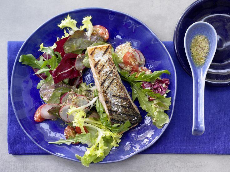 Gegrillter Lachs auf Salat - mit Senf-Honig-Dressing - smarter - Kalorien: 318 Kcal - Zeit: 20 Min.   eatsmarter.de Bei der Eskimo-Diät stehen besonders Fisch und Gemüse auf dem Speiseplan. Senf-Honig-Dressig macht diesen Salat besonders lecker.