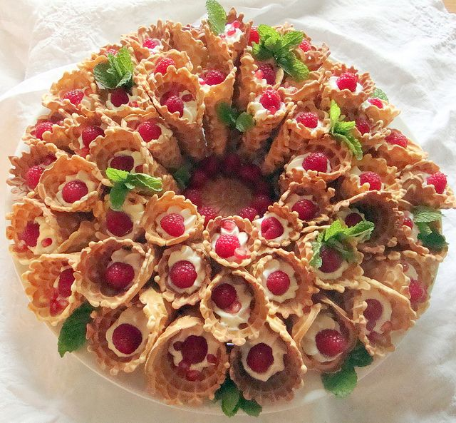 pizzelle wreath with white chocolate mousse, raspberries, pomegranate seeds & mint leaves. So perfect for Christmas!