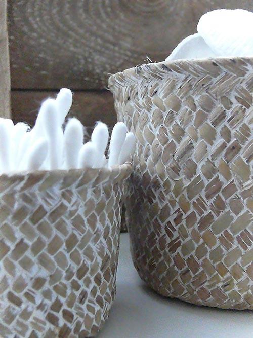 Idea: rub white paint into the weave of straw baskets - tierlantijn Mandjes Rond