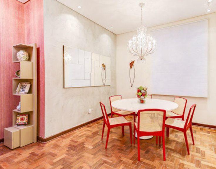Na Casa Cor Campinas 2014, a Sala de Almoço de Patricia Magalhães e Lydia Bonni combinou papel de parede e uma textura de concreto mais rústica