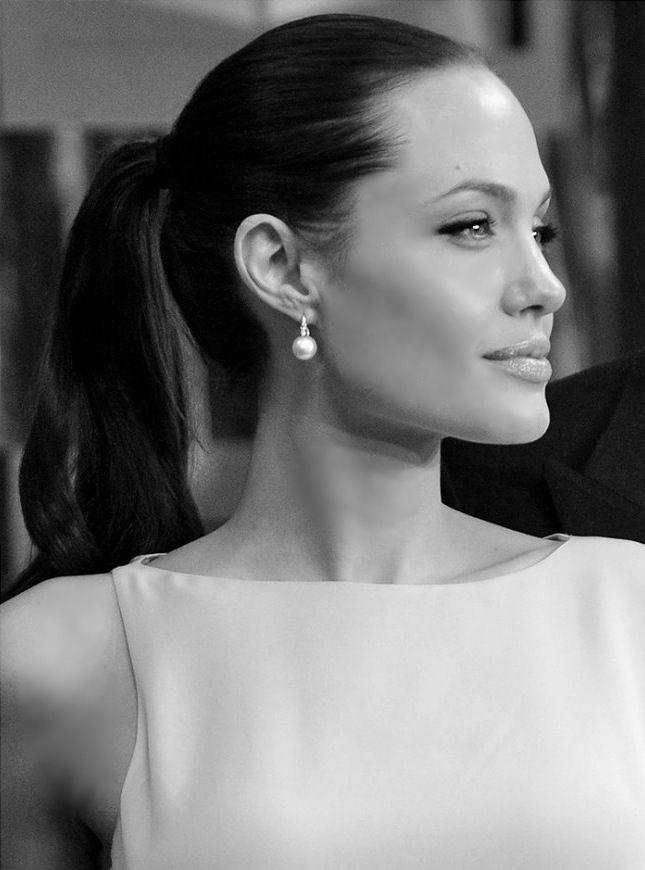 Вопрос 10. Последнее время меня сравнивают с Джоли. Высокий лоб, хвост на затылке, похожий профиль.