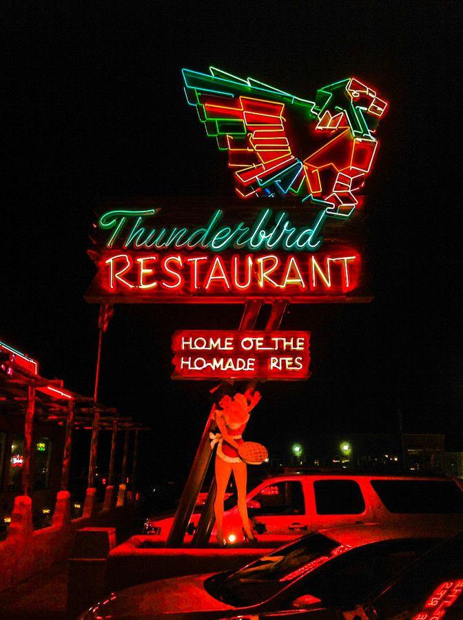 Gran tamaño y colores que se aprecian mucho. Alberto Soto.   Thunderbird Restaurant