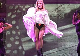 """2-Nov-2013 14:38 - AMERIKAANSE HOMO'S WEER BOOS OP BRITNEY. """"De meeste mensen die mijn haar en make-up doen zijn homo, dus ik ga veel met homo's om ja. Ik vind ze schattig en hilarisch"""". Was getekend: Britney Spears. Die uitspraak leverde haar al behoorlijk wat kritiek op van Amerikaanse homo's, maar nu heeft mevrouw Spears het opnieuw gedaan bij de heren en dames van de zogeheten LGBT-community Lesbian, Gay, Bisexual & Transexual)."""