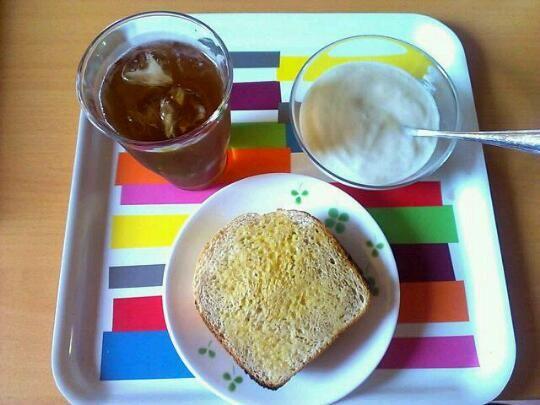 今朝の食事。と言っても午後に食べたんだけど…。 - 4件のもぐもぐ - HBで焼いた全粒粉パン、ヨーグルトメーカーで作ったヨーグルト、マテ茶。 by ひらえー